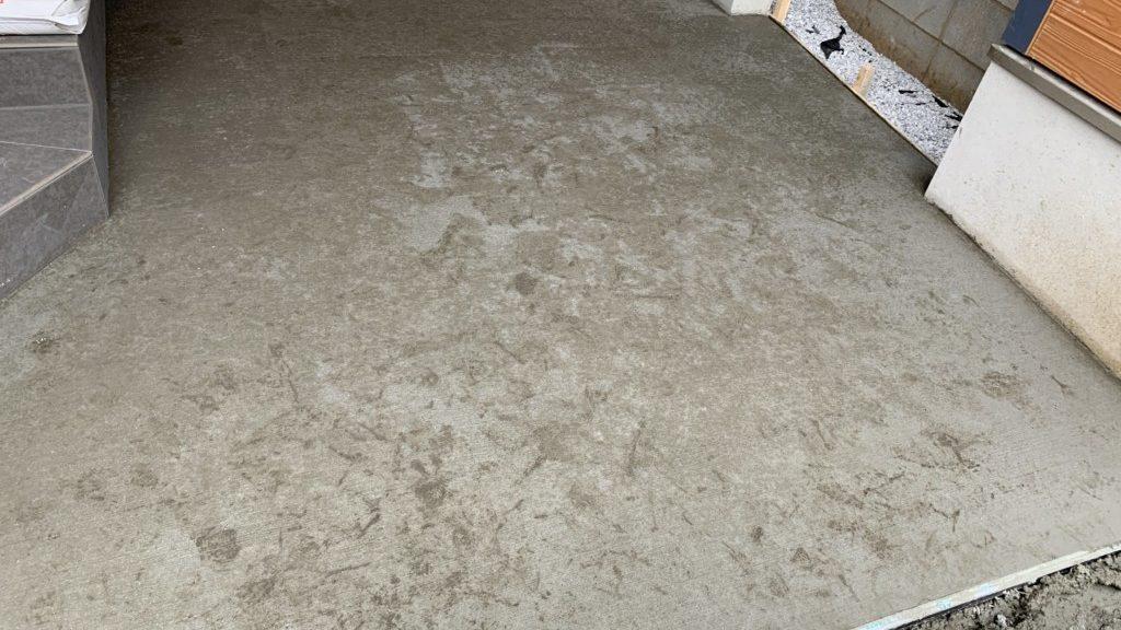 土間コンクリートに足跡