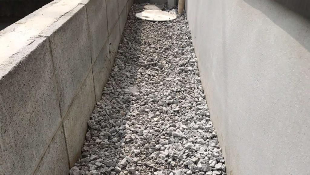 建物外周に砂利を敷く