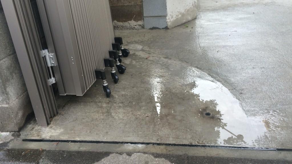 アコーディオン門扉のキャスターが通る平らな土間コンクリート